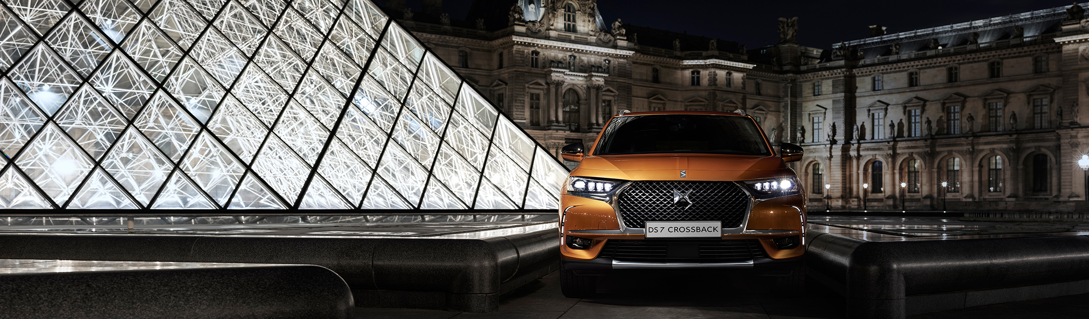 DS 7 CROSSBACK - 2017 - front-face / face-avant - photo Pyramide du Louvre