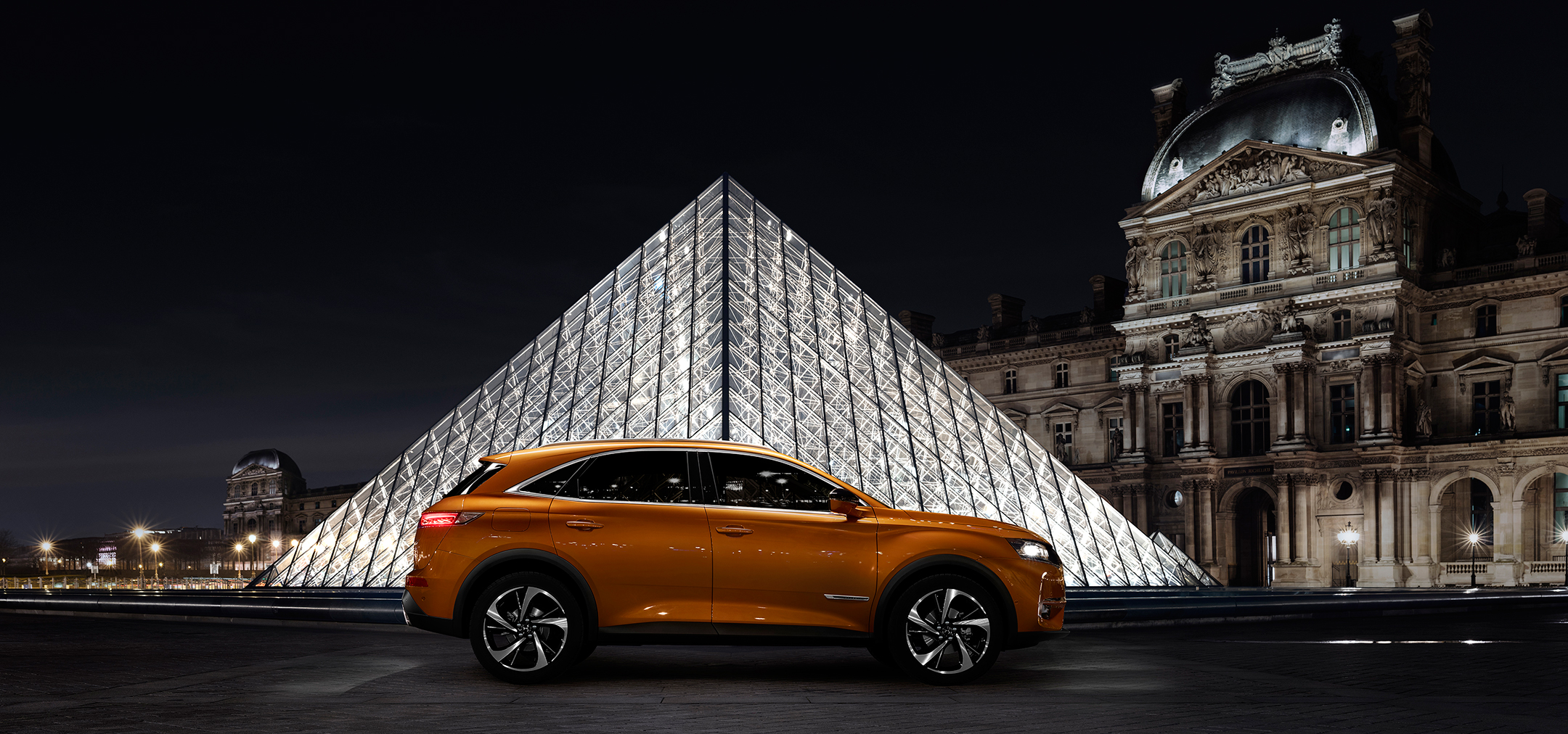 DS 7 CROSSBACK - 2017 - profil / side-face - photo Pyramide du Louvre