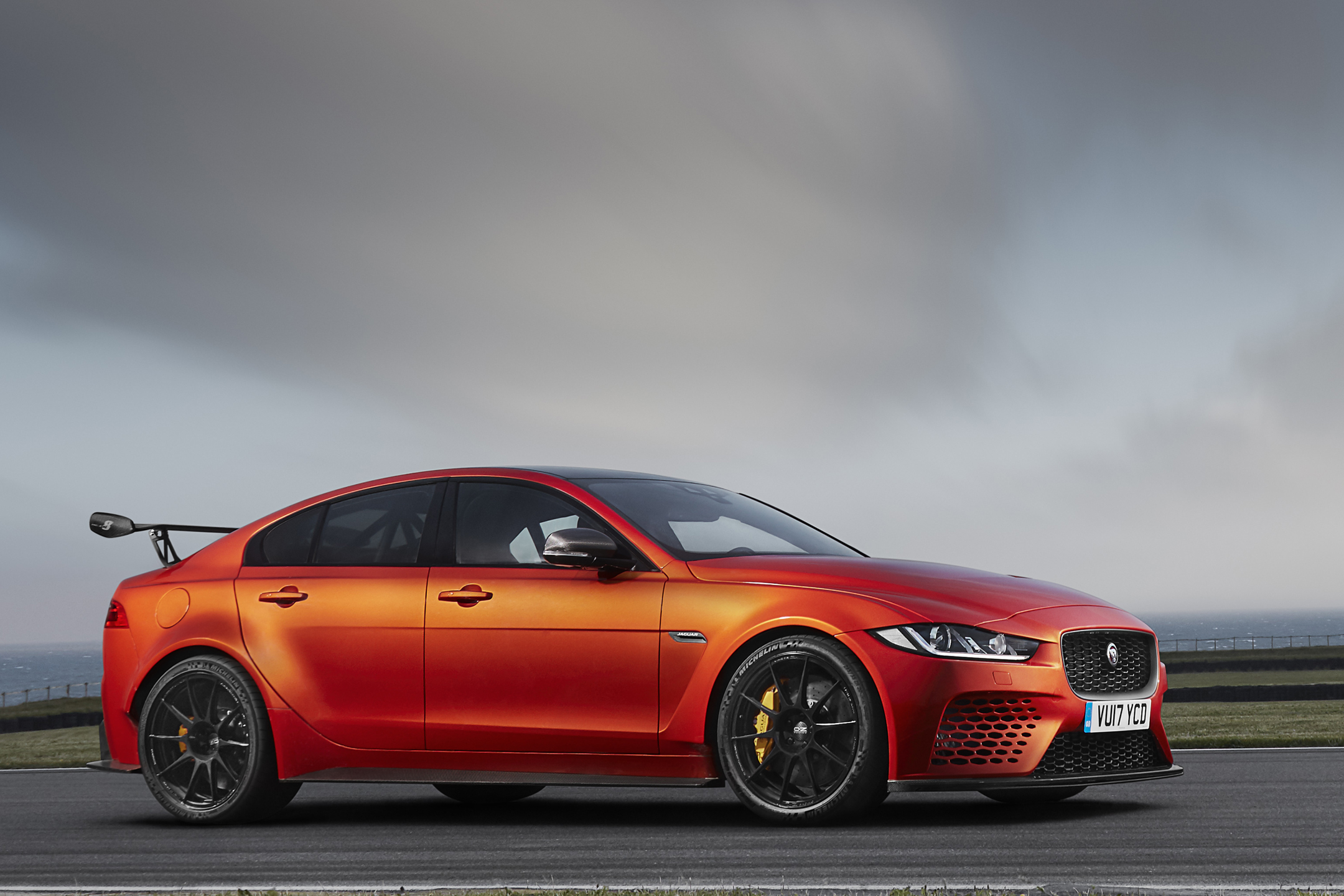 Jaguar XE SV Project 8 - 2017 - side-face / profil - zoom