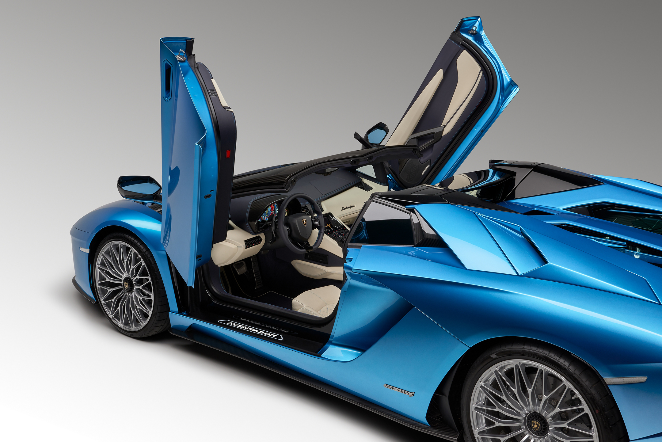 Lamborghini Aventador S Roadster - 2017 - side-face / profil - open doors / portes ouvertes