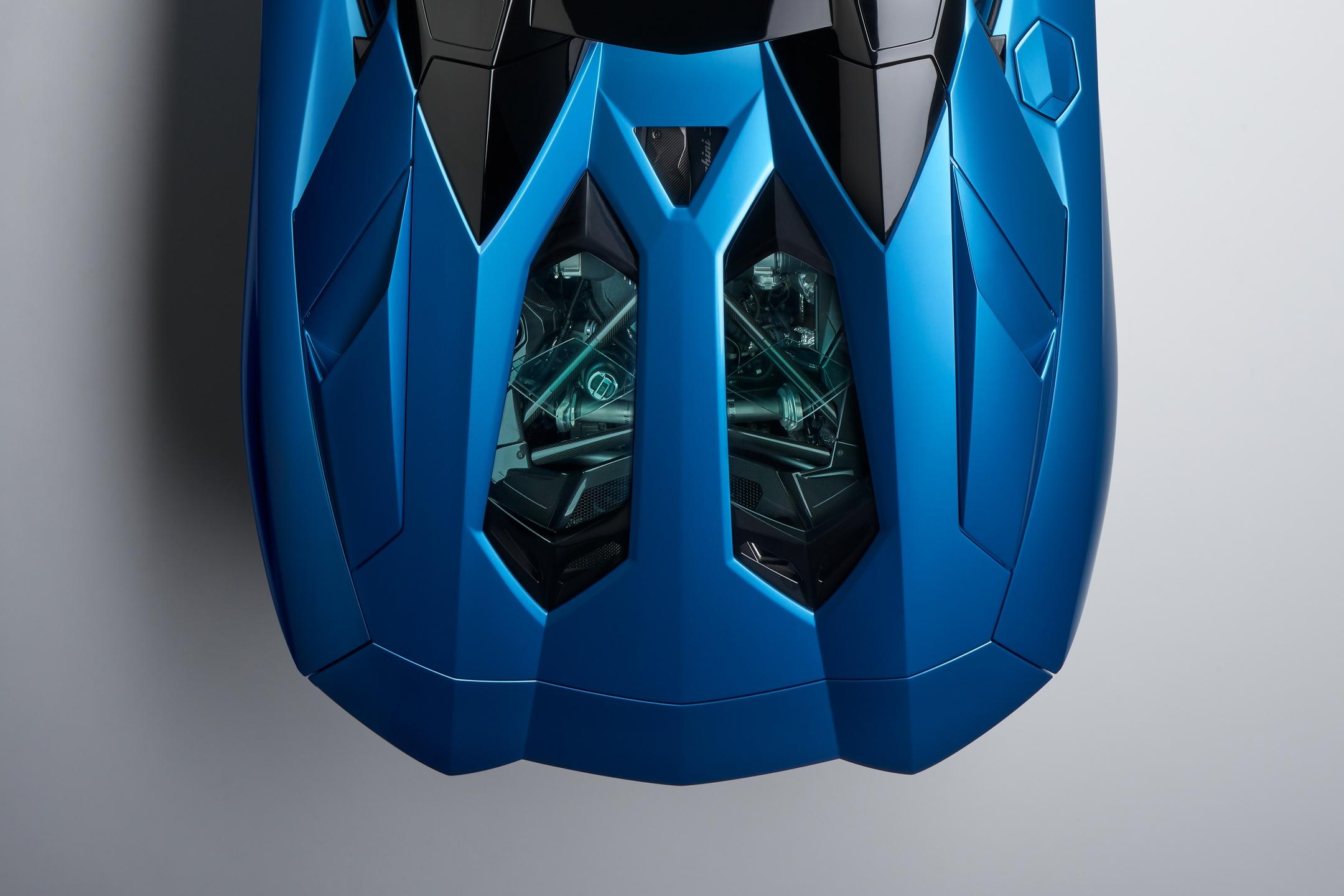 Lamborghini Aventador S Roadster - 2017 - top view - rear hood / capot arrière