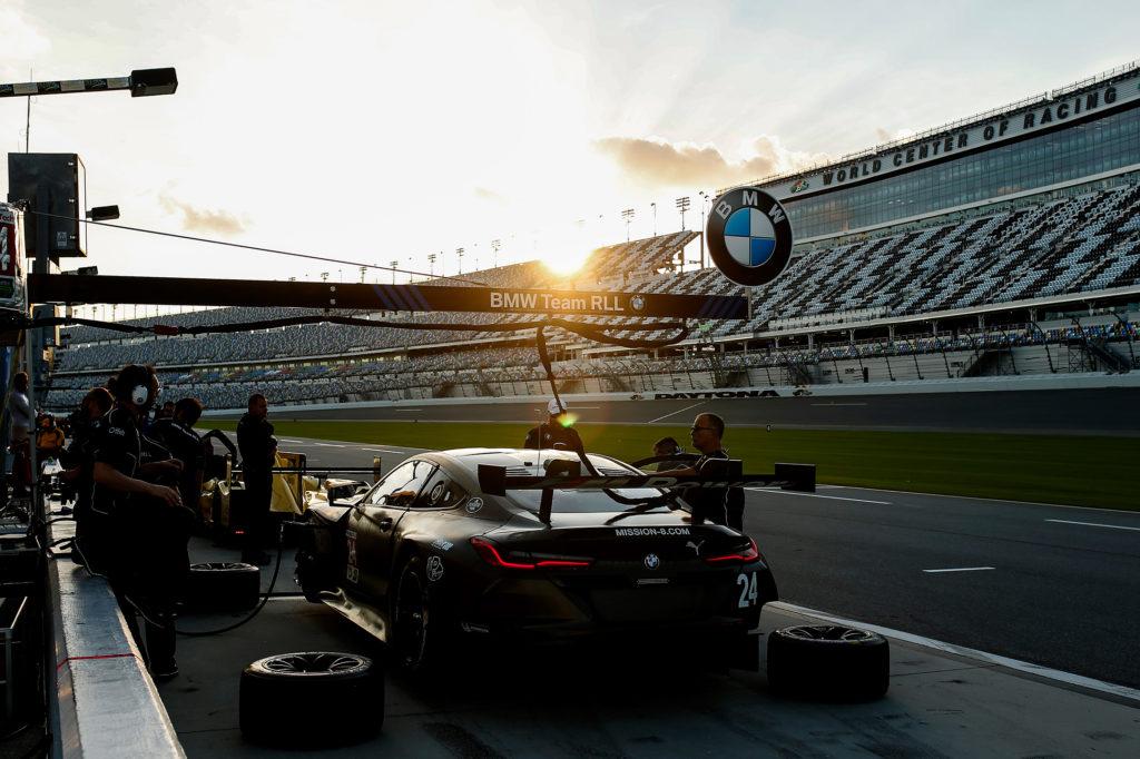 BMW M8 GTE - 2018 - pit stop light rear - 2017 Daytona test
