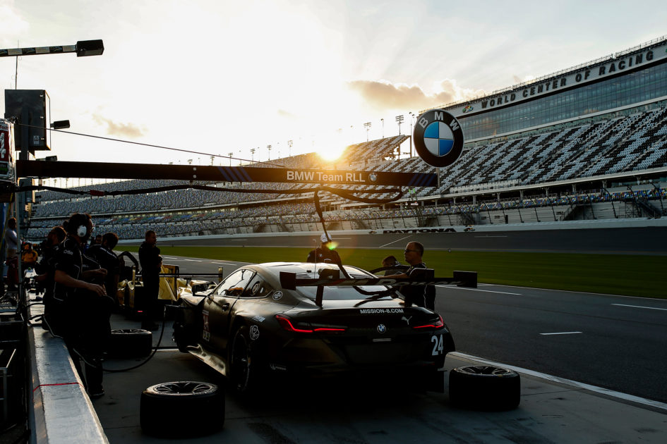 BMW M8 GTE - 2018 - pit stop light rear - 2017 Daytona test