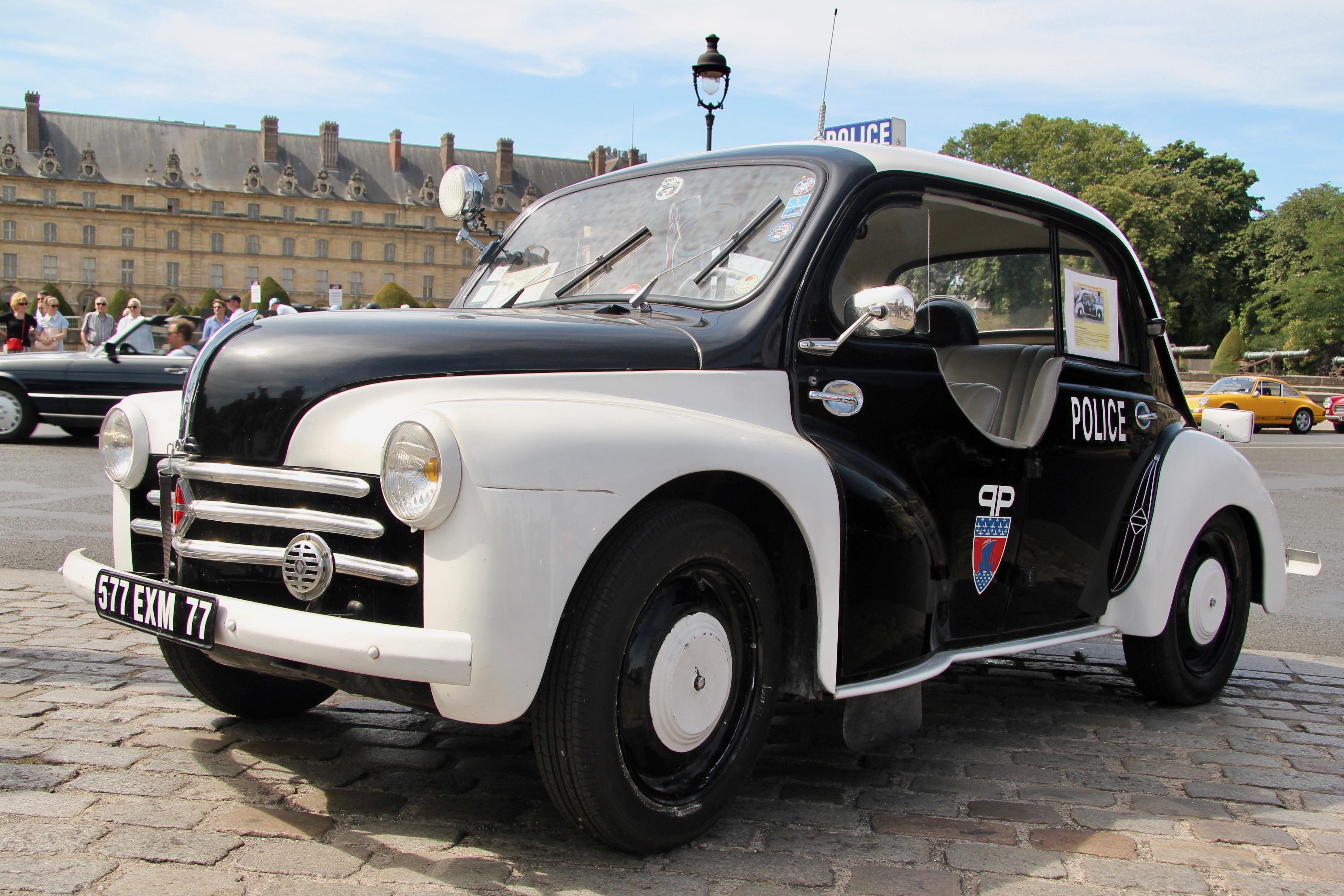 Renault 4CV Police - Traversée de Paris Estivale 2019 - photo Ludo Ferrari