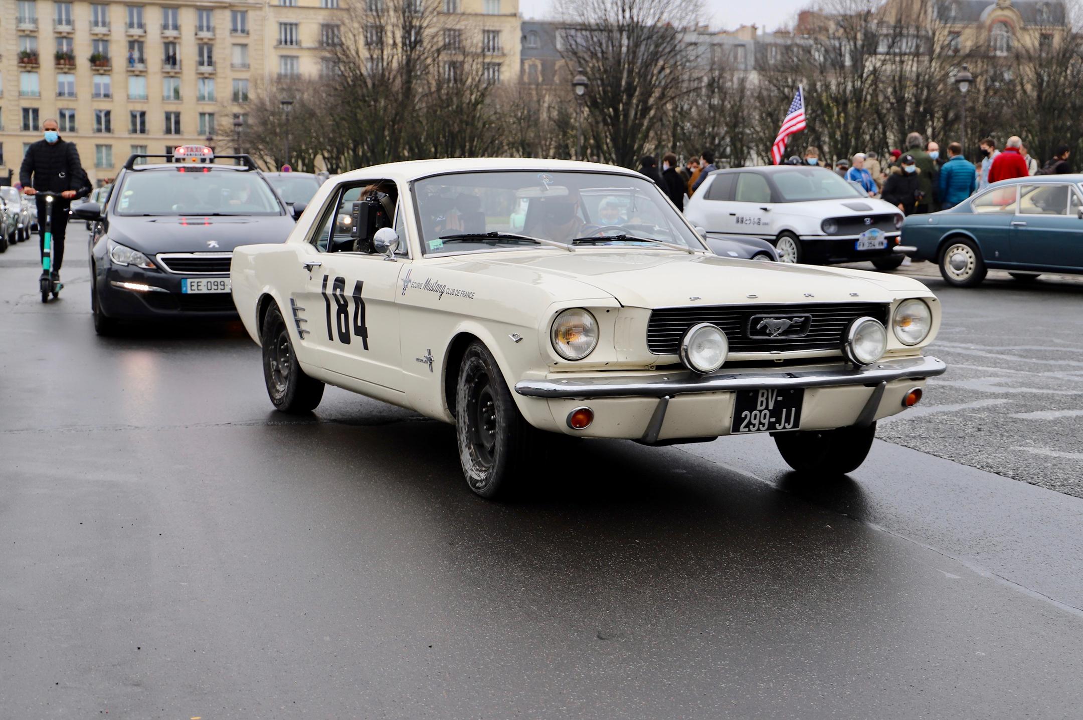 Ford Mustang - réplique officielle herocar Un homme et une femme - Traversée de Paris Hivernale - 2021 - photo Ludo Ferrari