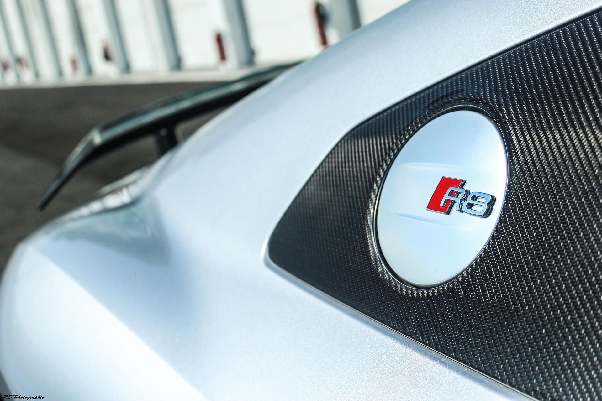 Audi R8 V10 Plus - badge R8 - photo Arnaud Demasier