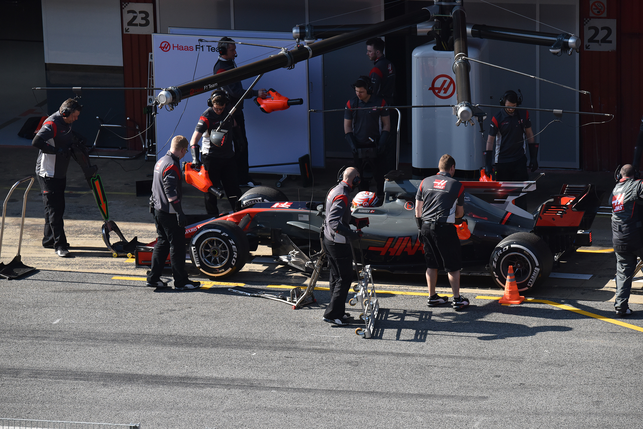 F1 Testday pitstop - 2017 - Haas F1 Team VF-17 - photo by Jacques Denis - Team DESIGNMOTEUR