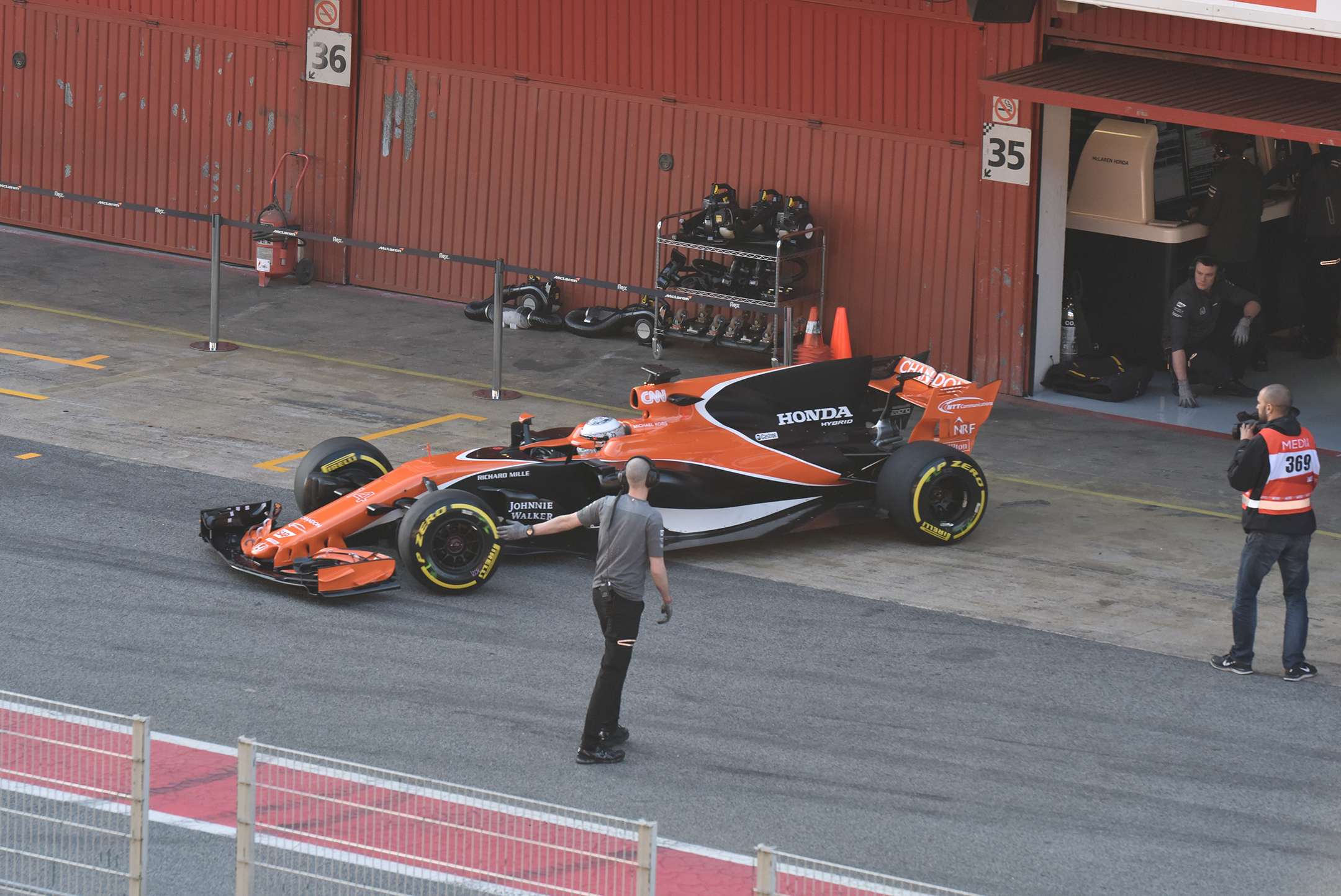 F1 Testday start - 2017 - McLaren-Honda MCL32 - photo by Jacques Denis - Team DESIGNMOTEUR