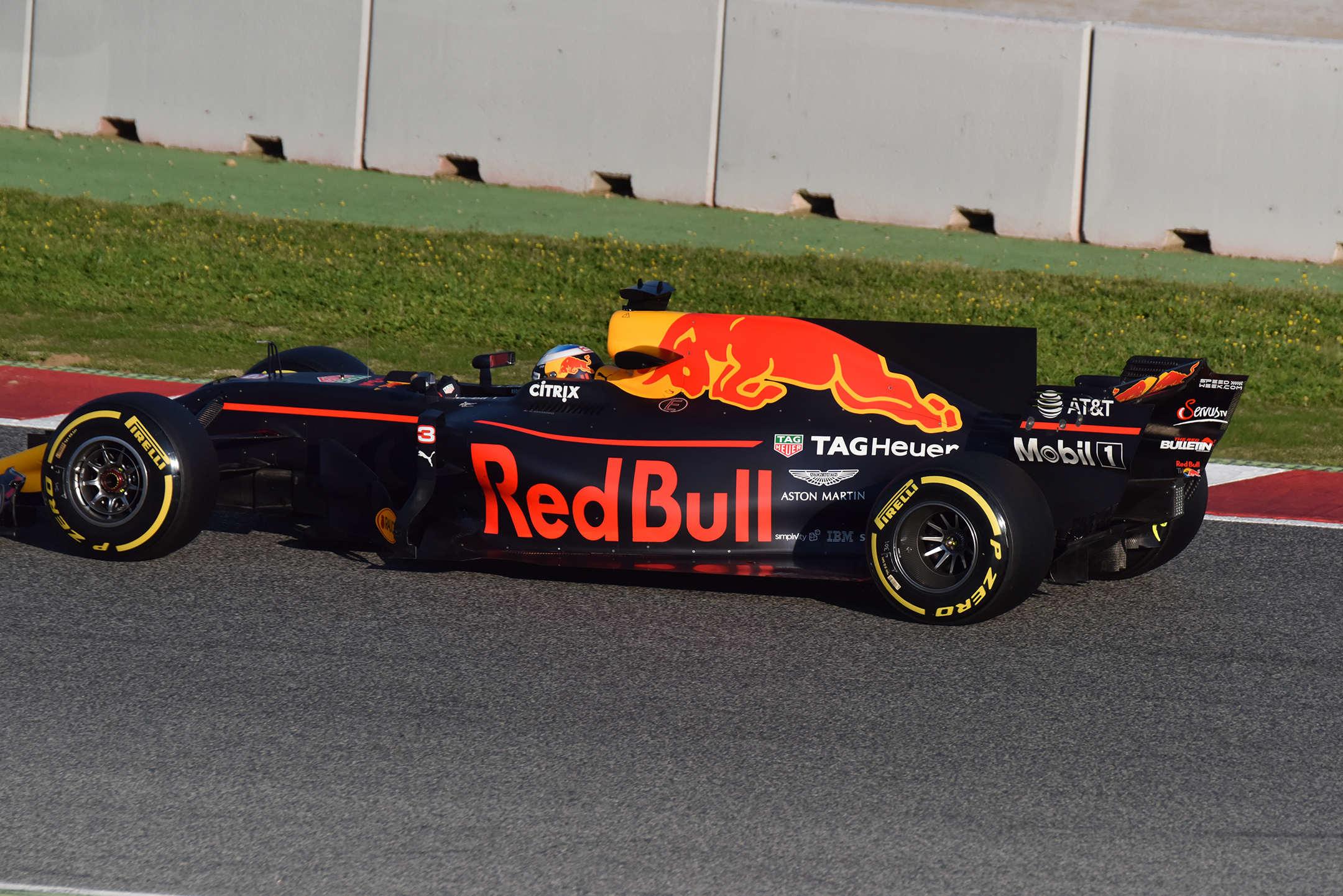 F1 Testday track BCN-CAT - side-face - 2017 - Red Bull Racing RB13 - photo by Jacques Denis - Team DESIGNMOTEUR